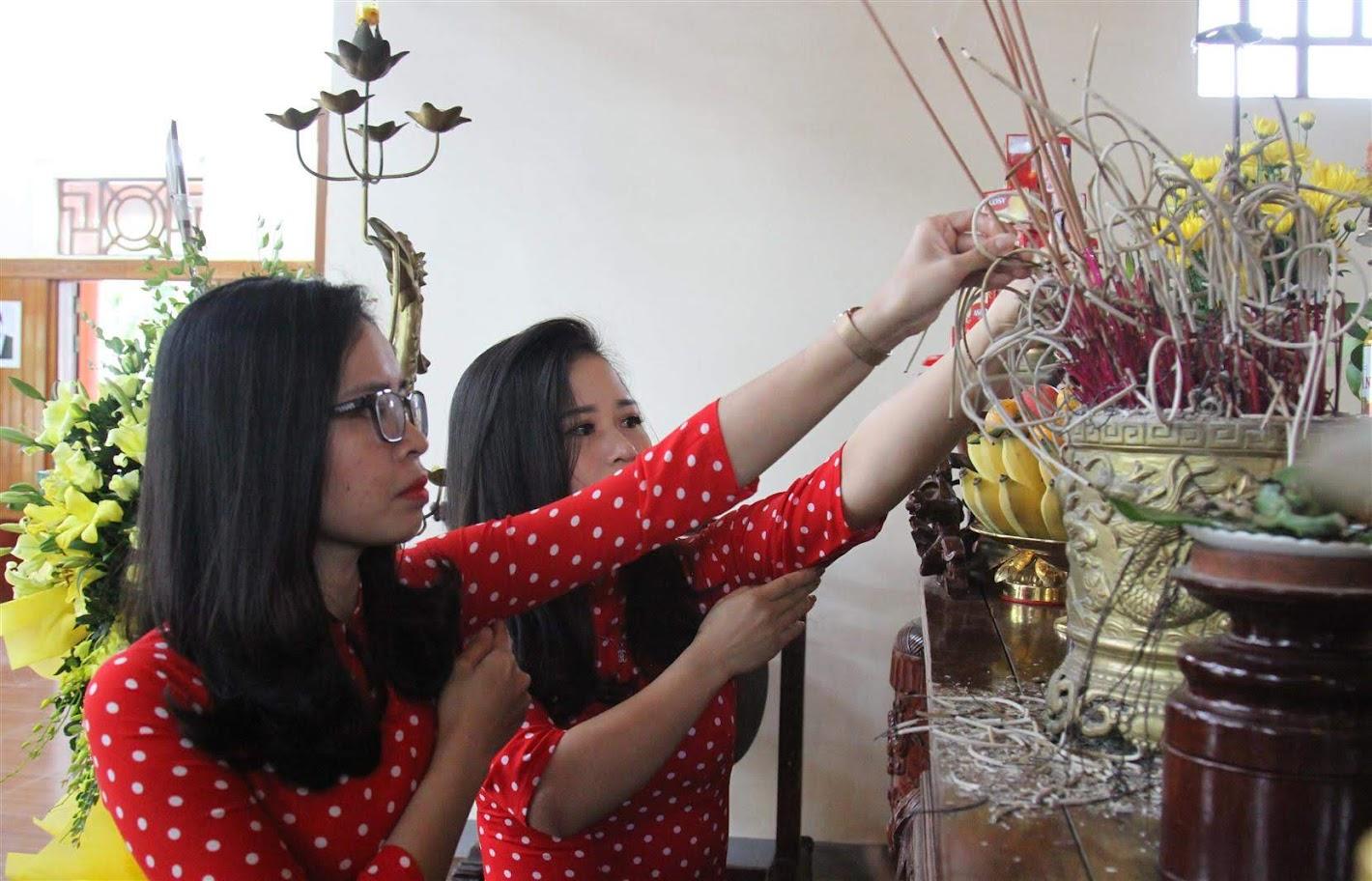 Dâng hoa, dâng hương tỏ lòng thành kính, biết ơn vô hạn đối với cuộc đời và sự nghiệp cao cả của đồng chí Nguyễn Thị Minh Khai