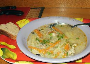 Photo: Grecka zupa z piersi kurczaka:Drobno pokrojona cebula -podsmażyć na maśle. Dodać piersi kurczaka pokrojone w paseczki. Dodać pokrojone w julien: marchew, pietruszka, ziemniaki. 1-2 garście ryżu.Kiedy wszystko jest miękkie - zagęścić żółtkiem wymieszanym z sokiem z 1/2 cytryny. Posypać posiekaną zieleniną.Wypróbowałem - niesamowicie smaczne!