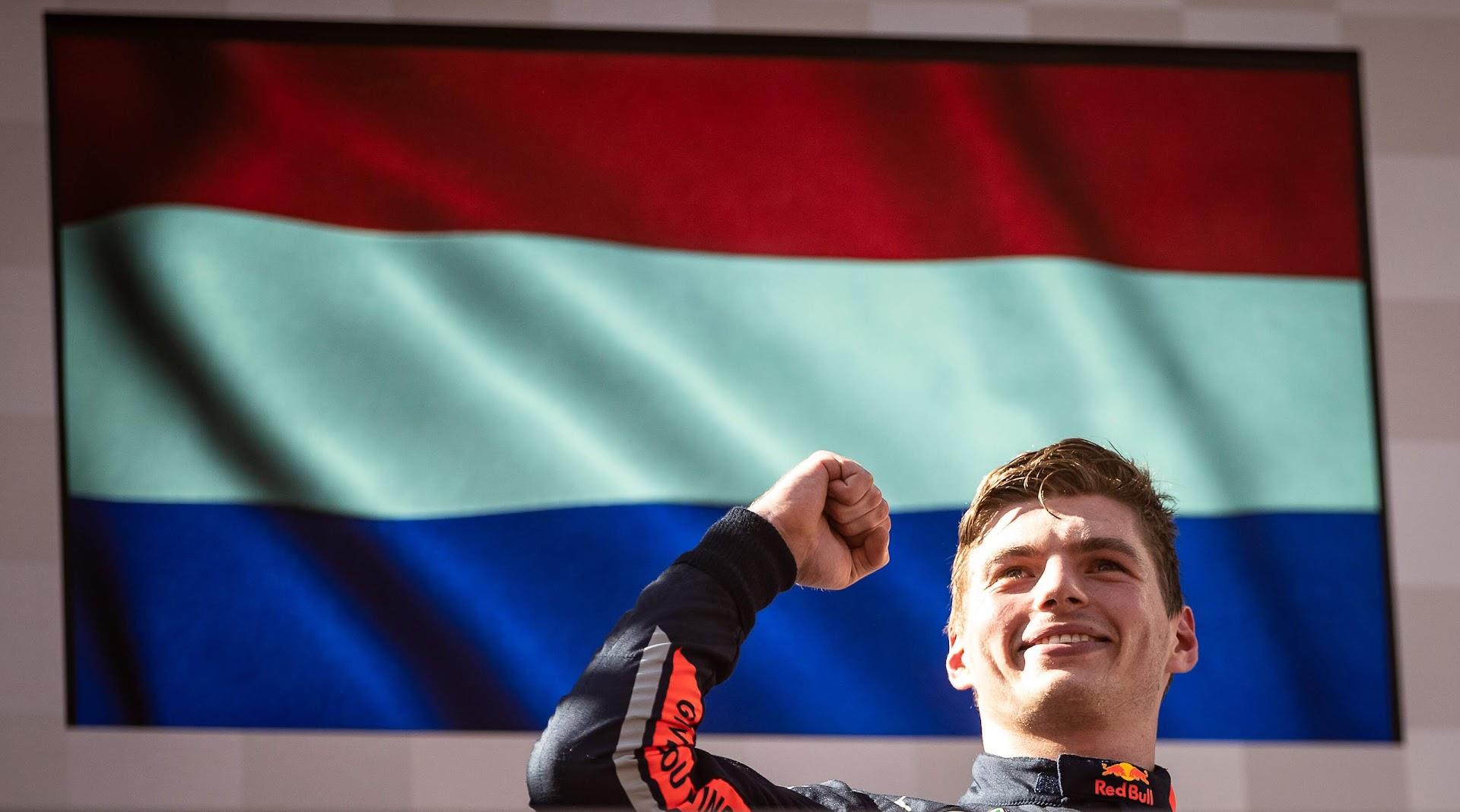 F1第9戦オーストリアGP表彰台で笑顔のフェルスタッペン