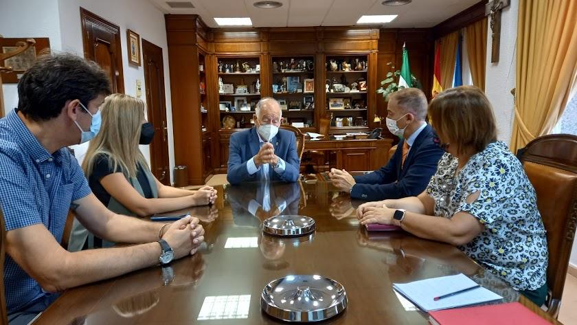 Reunión entre responsables del Ayuntamiento y del área de Educación de la Junta.