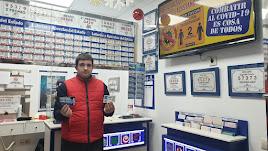 El dueño de Loterías El Pelotazo con los décimos sorpresa el pasado mes de diciembre.