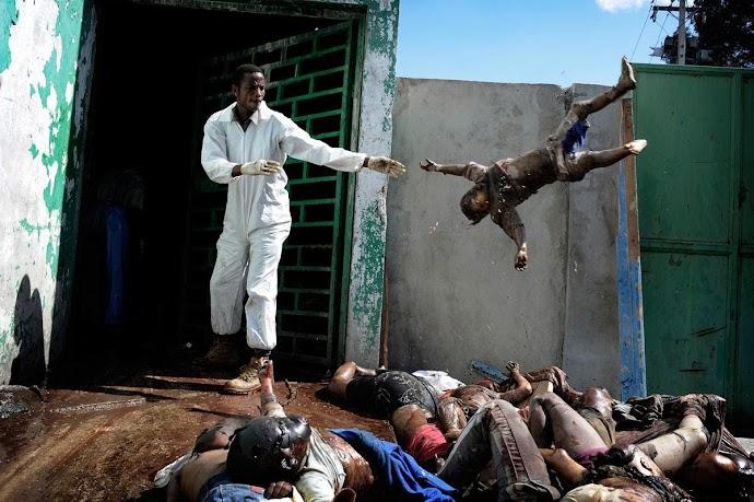Olivier Laban-Mattei. Morgue, Haiti 2010.