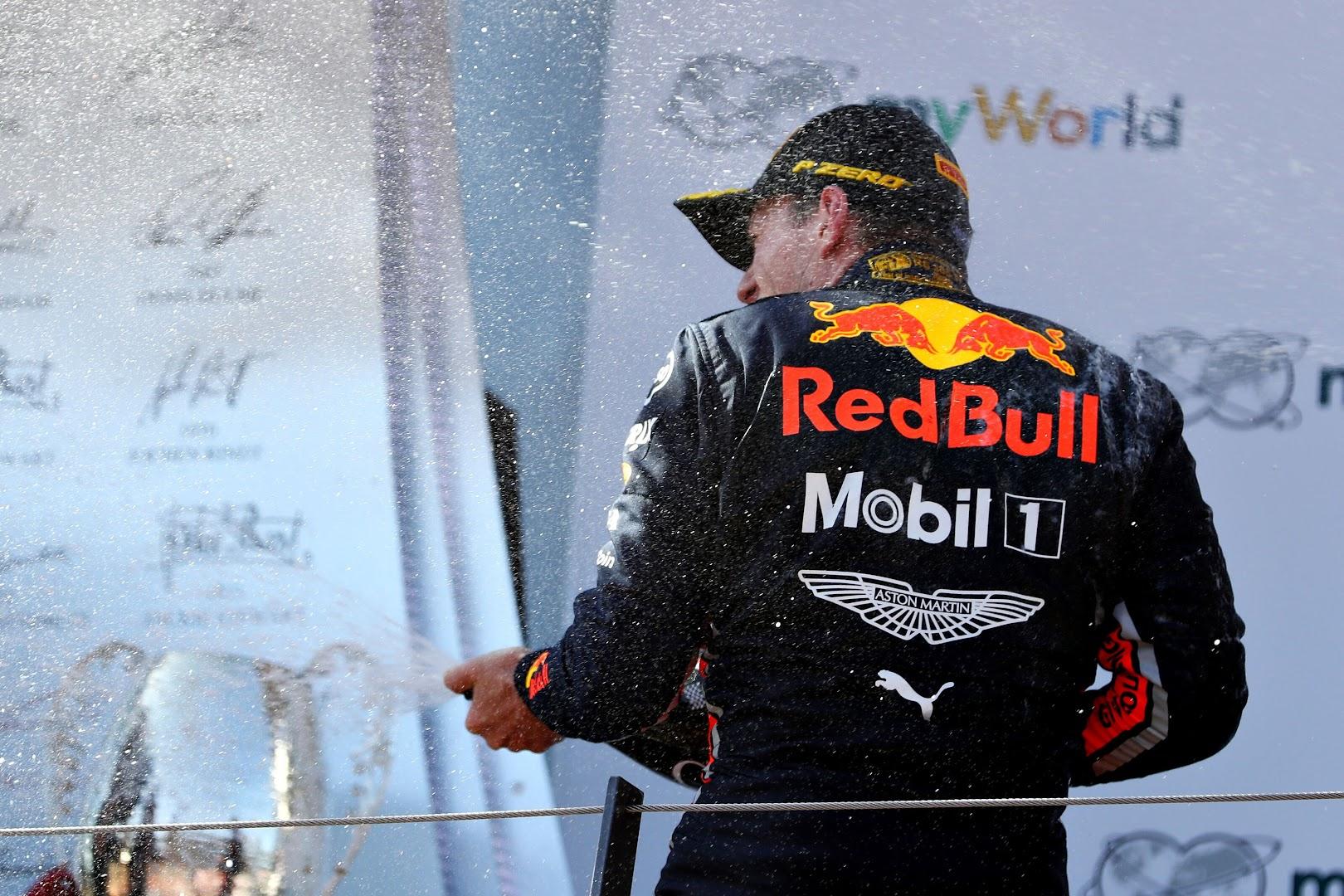 F1第9戦オーストリアGP表彰台でシャンパンファイトをするフェルスタッペン