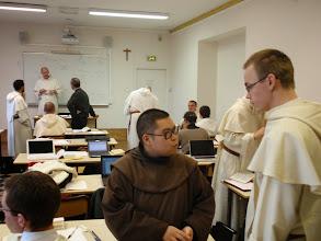 """Photo: Fr. Gabriel v rozhovoru s fr. Lorenzem o přestávce. Naše výuka probíhá """"Istitut Catholique"""" ..."""