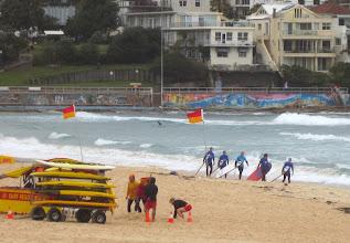 Photo: Surffareita jonossa jo aikaisin sunnuntai-aamuna