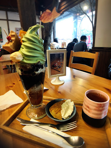 聖代的料真的很豐富耶 其中的抹茶冰淇淋好濃郁好喜歡 配料甜而不膩,好吃😋