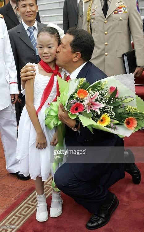 C:UsersAdminDesktopChavez y una niña vietnamita.jpg