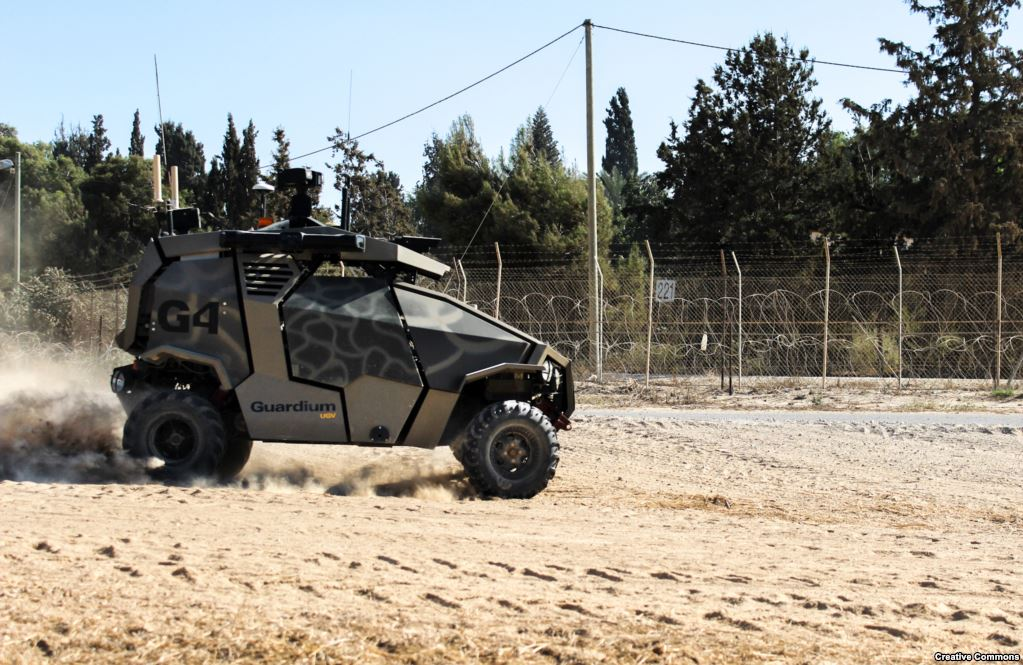 Но не все военные роботы не смогли пройти крещение боем. Израильский Guardium охраняет периметры военных гарнизонов с 2012 года. Он создан на базе четырехколесного багги.