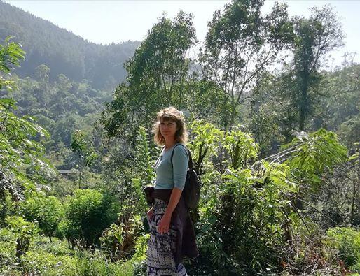 Afbeelding kan het volgende bevatten: 1 persoon, staan, boom, berg, buiten en natuur