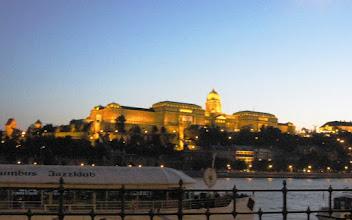 Photo: Budan linna iltavalaistuksessa