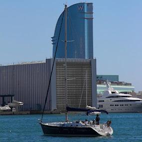 O edifício que preenche a vela do barco... by Rui Quinta - City,  Street & Park  City Parks