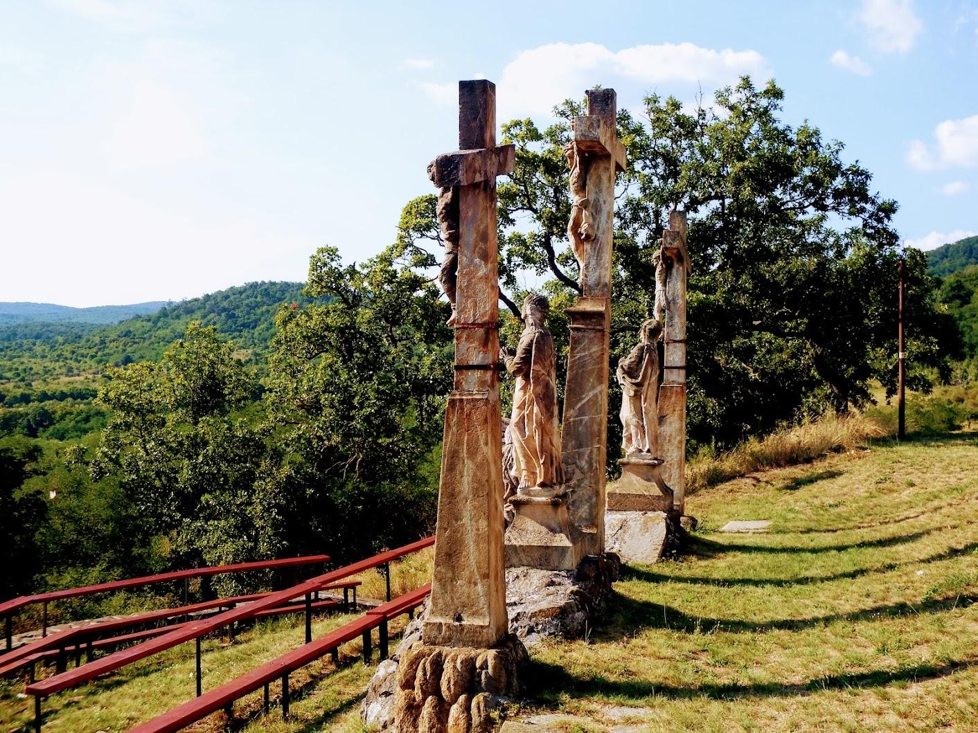 Márianosztra - Fájdalmas szűz kálváriakápolna és kálvária-szoborcsoport