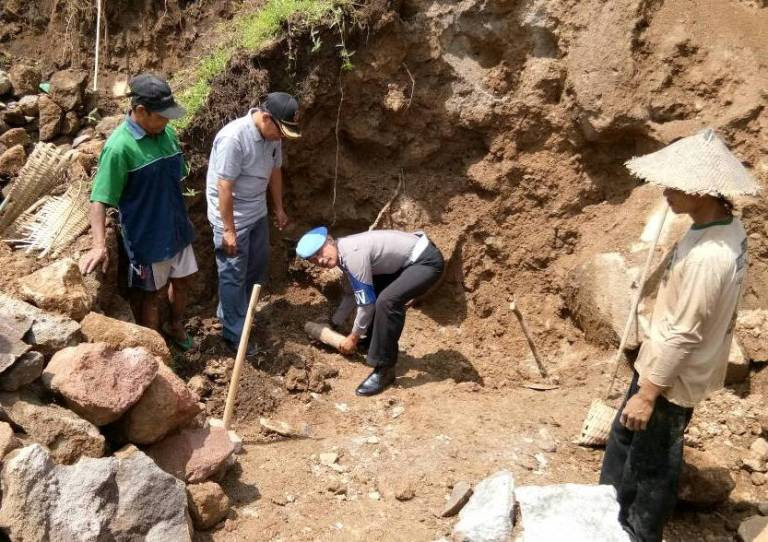 Penambang batu asal Ngawi temukan Bom