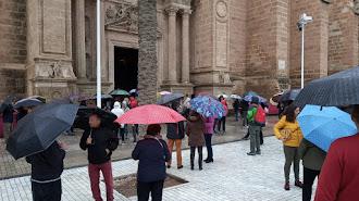 Los almerienses, esperando a que se tomara una decisión en la Catedral.
