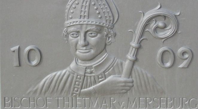 Tablica z wizerunkiem Thietmara na fontannie miasta naprzeciwko kościoła św. Stefana w Tangermnde, fot. Harald Rossa, źr. Wikimedia CommonsCC