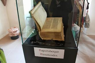 Photo: På selve museet lå denne førsteudgave af Hildegards skrifter fremme.