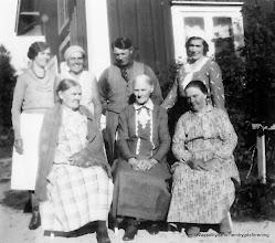 Photo: Stenkullen 6-35 1930-tal. Bakre rad fr v Elsa Bredfält, Greta Rydberg, Einar Rydberg, Ingeborg Rydberg,  främst fr v Anna Andersson född Rydberg Önäs, Lina Pettersson född Rydberg, Anna Rydberg