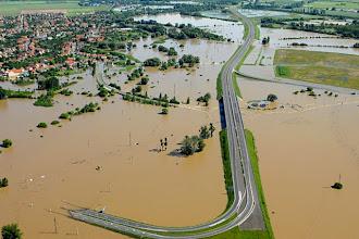Photo: Felsőzsolca, 2010. június 5.Víz alatt a felsőzsolcai közlekedési csomópont a Sajó áradása miatt. Öt település megközelíthetetlen személyautóval Borsod-Abaúj-Zemplén megyében, ahol számos út továbbra is járhatatlan.MTI Fotó: H. Szabó Sándor