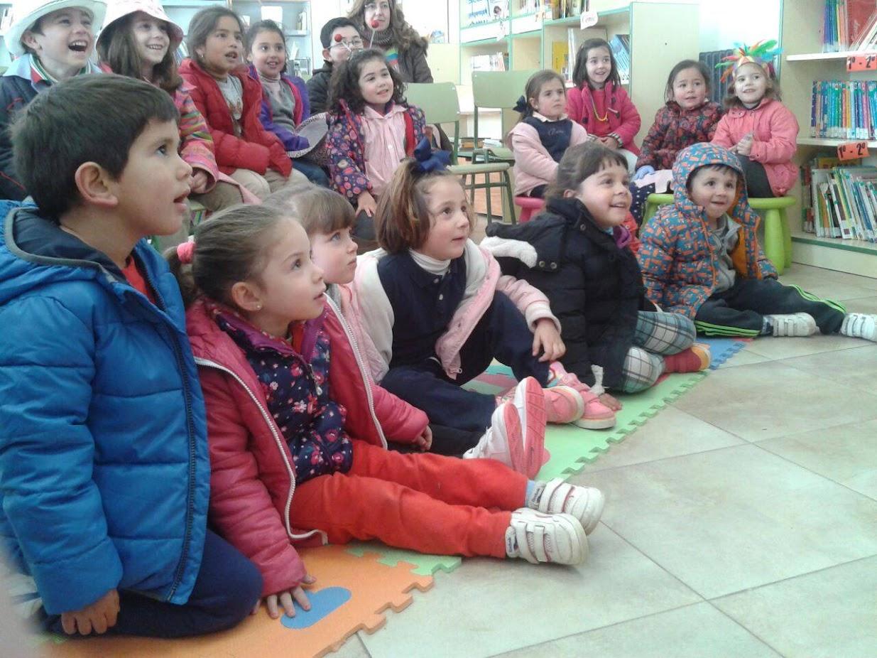 público infantil colegios sentados suelo risas