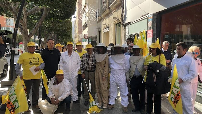 Protesta de los apicultores de Almería y Granada en el Paseo