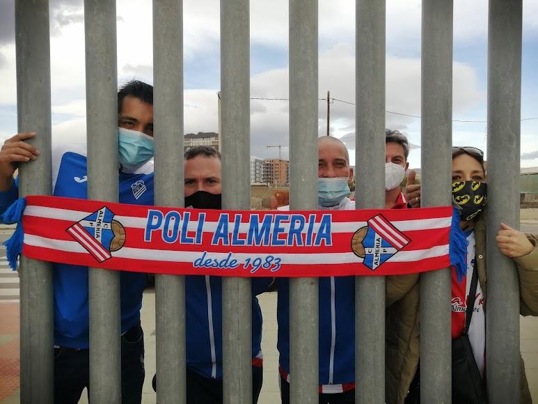 Aficionados del Poli en la calle.