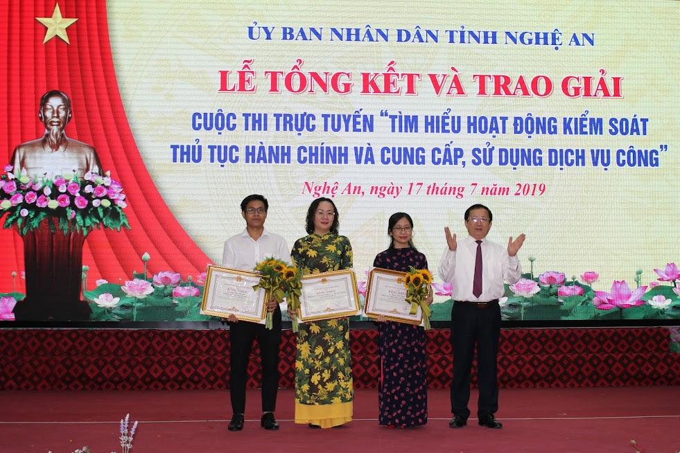 Trao Bằng khen cho các tập thể, cá nhân có thành tích trong việc tổ chức Cuộc thi.