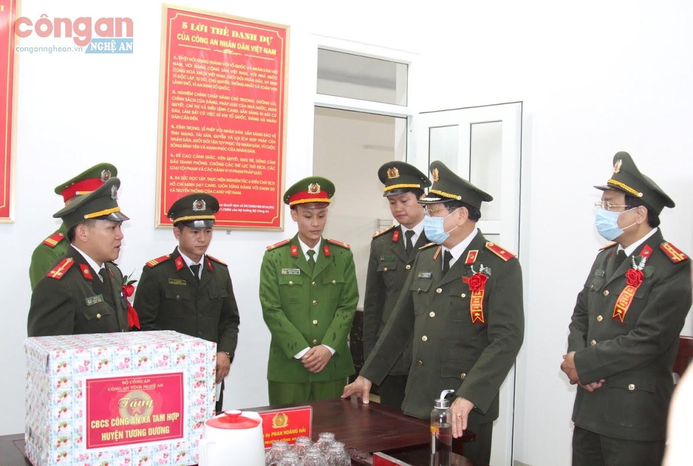 Đồng chí Giám đốc Công an tỉnh căn dặn Ban Công an xã Tam Hợp