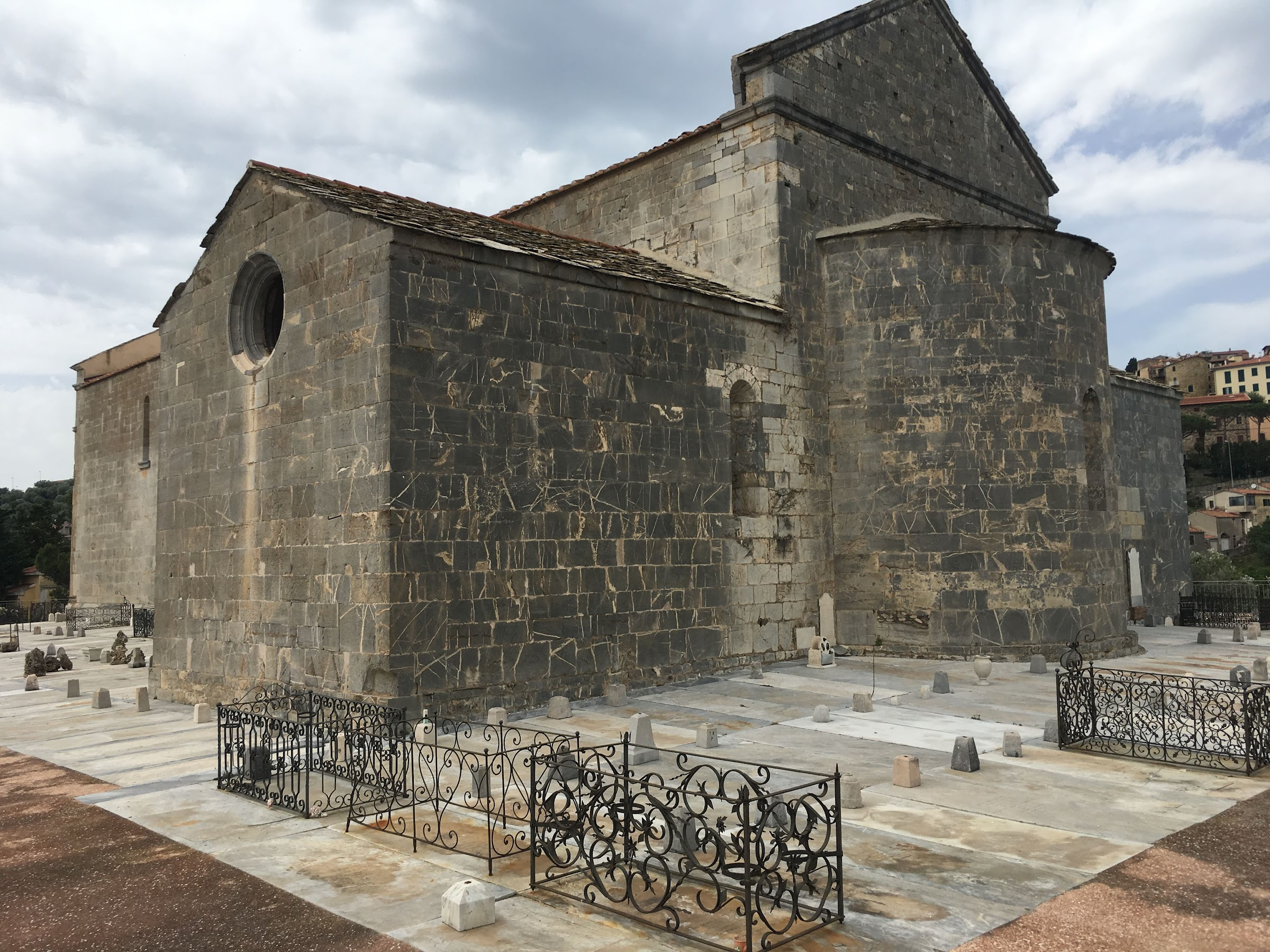 Pieve di San Giovanni (Campiglia Marittima) e la pianura Piombino