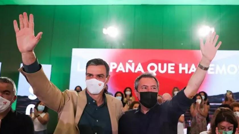 Pedro Sánchez y Juan Espadas saludan al concluir el acto del partido