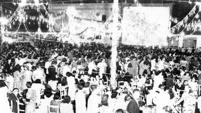 En las noches de feria la terraza del Tiro Nacional se engalanaba para recibir a una multitud que bailaba hasta la madrugada en sus alegres verbenas.