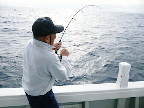 """Photo: スーパー釣り師の""""井上さん"""" 夕マズメのジギングで!"""