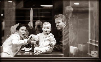 Photo: la fenêtre: Bébé et ses parents dans un café de la rue dans la belle Metz-Ville. région Lorraine