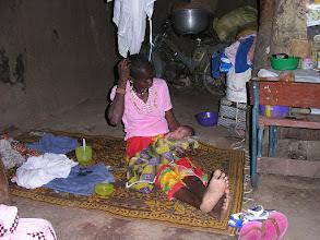 Photo: wnętrze domostwa i kobieta po wczorajszym porodzie