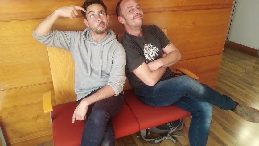 Leandro Zapata y Diego Barranco en actitudes divertidas en La Voz.