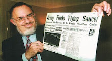 Photo: Stanton Friedman (Ερπετάνθρωπος, Κρόνιος-Nephilim,Καναδός Εβραίος, ερευνητής εξωγήινων, κατοικεί στον Καναδά. Ήταν ο αρχικός πολιτικός ερευνητής του συμβάντος του Roswell στις ΗΠΑ. Εργάστηκε ως πυρηνικός φυσικός και ιστορικός στην έρευνα και ανάπτυξη  πολλών μεγάλων εταιρειών, συγγραφέας του βιβλίου «Ανωτέρα Μυστική Μαγεία»). Δείτε επίσης: http://www.dionisos12.com/mysteria/kronia-gene/erpetanthropoi