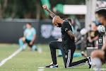 🎥 Duidelijk signaal van Thierry Henry: hij knielt tijdens match precies even lang als agent knie op nek van George Floyd hield
