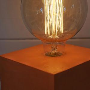 lampe béton orange en forme de cube avec ampoule  à filaments style Edison