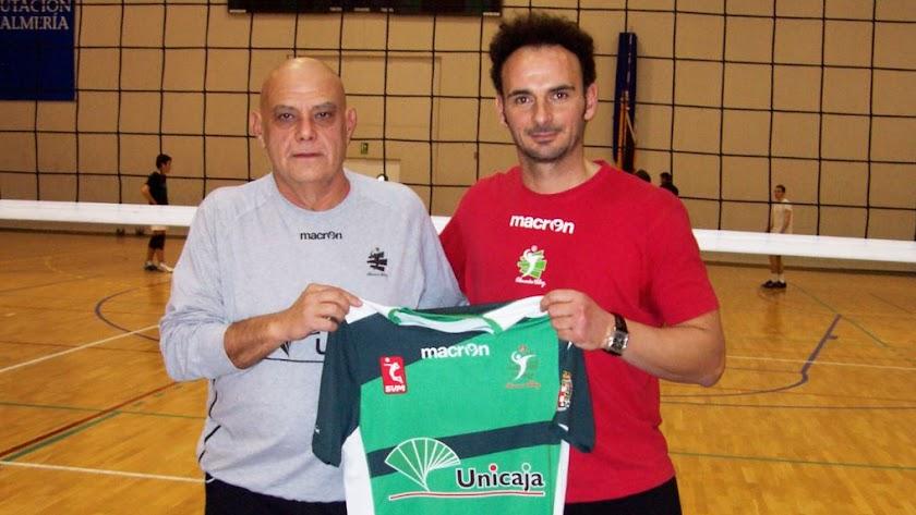 Piero Molducci y Manolo Berenguel con la camiseta del Unicaja.