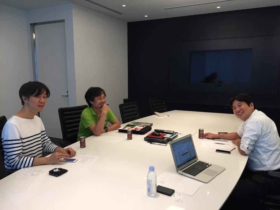 原田 博植さん、長崎 貴裕さんと、ヘルシアを飲みながら打ち合わせ中
