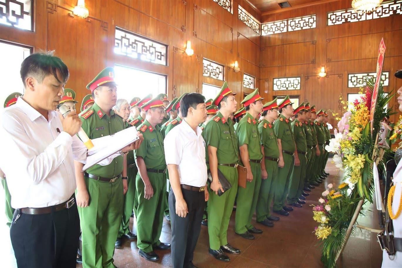 Đoàn công tác dâng hương lên anh linh Chủ tịch Hồ Chí Minh