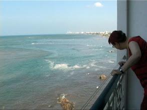 Photo: Tsunami 2004. Wir filmen von unserem Balkon aus. / We are filming from our balcony. Video image: S. Hartmeyer.