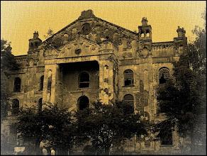 Photo: Wielka Synagoga w Drohobyczu jest największą synagogą zachodniej Ukrainy i jedną z największych w Europie Środkowo-Wschodniej. Została zbudowana w latach 1842-1865. Podczas II wojny światowej, po wkroczeniu wojsk niemieckich do miasta, synagoga została zdewastowana i przeznaczona na magazyn soli. Po wojnie mieścił się w niej sklep meblowy. Na początku lat 90. została zwrócona lokalnej gminie żydowskiej. Przez dziesięciolecia ulega systematycznej degradacji i nie jest remontowana.