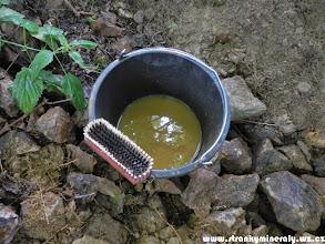 Photo: Na lokalitě se hodí kbelík s vodou a kartáč na mytí špinavých kamenů (11.7. 2014).
