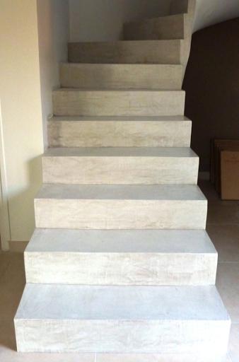 recouvrement escalier en béton ciré blanc pour escalier intérieur