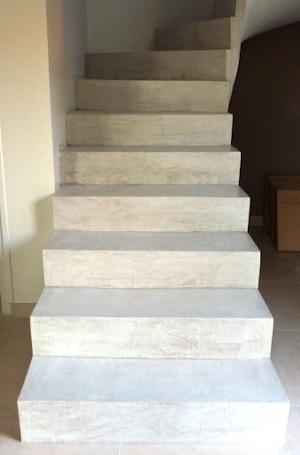 recouvrement escalier en béton ciré blanc pour escalier intérieur par Les Bétons de Clara applicateur spécialisé béton ciré