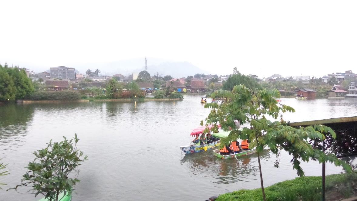 Perahu dayung di Floating Market Lembang