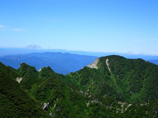 右に麦草岳(左に牙岩)、奥に小秀山など