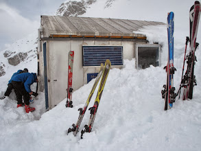 Photo: Murchison hut, digging out the entrance
