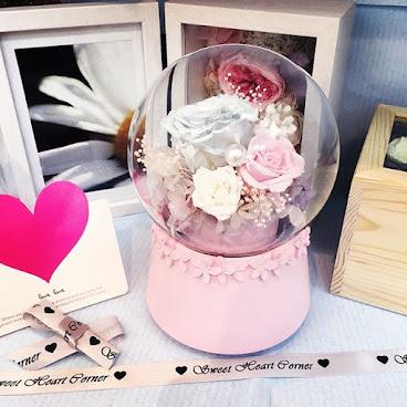 ❤️音樂水晶球系列❤️送給您的她一份獨一無二的禮物🌹訂製需時約3-7個工作天❤️由鮮花而製的保鮮花,不需要陽光照射,不需要澆水,就能保存達三年。 歡迎Whatapps 查詢有關詳情Tel:67417898。❤️#不凋花 #小王子 #結婚禮物 #sweetheartcorner #不死花#giftforher #婚禮 #hkiger #hkflower #保鮮花 #hkflowershop #生日 #紀念日 #母親節 #送禮 #情人節 #preservedflower #花 #音樂盒  #謝師禮物  #彩虹玫瑰 #相架 #禮物 #handmade #玫瑰花 #hkigshop #hkgirl#永生花