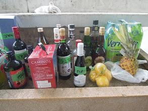 Photo: お酒も沢山差し入れを頂いて、ショットバーのカクテルコーナーには生のパイナップルやレモンなども並ぶ
